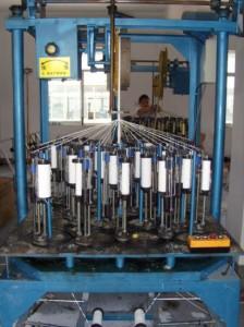 4 çukuru olan 24 taşıyıcı kare örgü makinesi
